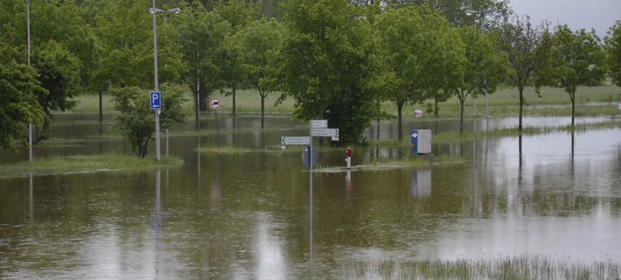 Wo sonst die Autos parken, steht jetzt das Wasser.