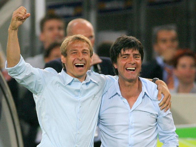 Jürgen Klinsmann (l) freut sich auf das Duell mit Joachim Löw.