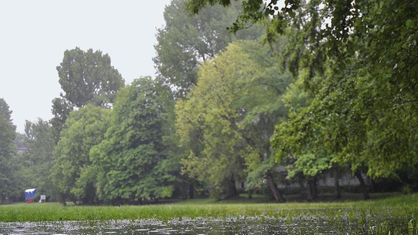 Die starken Regenfälle der letzten Tage haben dafür gesorgt, dass Teile der Region unter Wasser stehen. Auch Nürnberg ist vom Hochwasser betroffen. Auf der Wöhrder Wiese kann man das besonders gut sehen. Inzwischen gibt es allerdings Entwarnung, es besteht keine Hochwasserwarnung mehr.