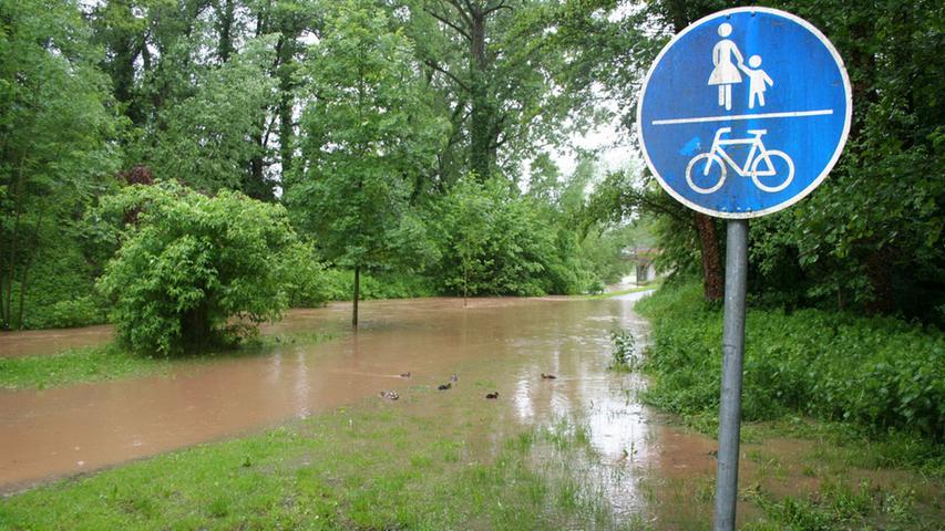 Fußgänger und Fahrradfahrer können den Stadtpark nicht mehr passieren.