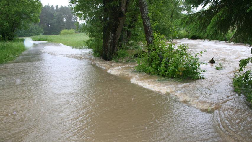 Die Wassermassen lassen nicht erkennen, wo mal Straße und wo Fluß gewesen ist.