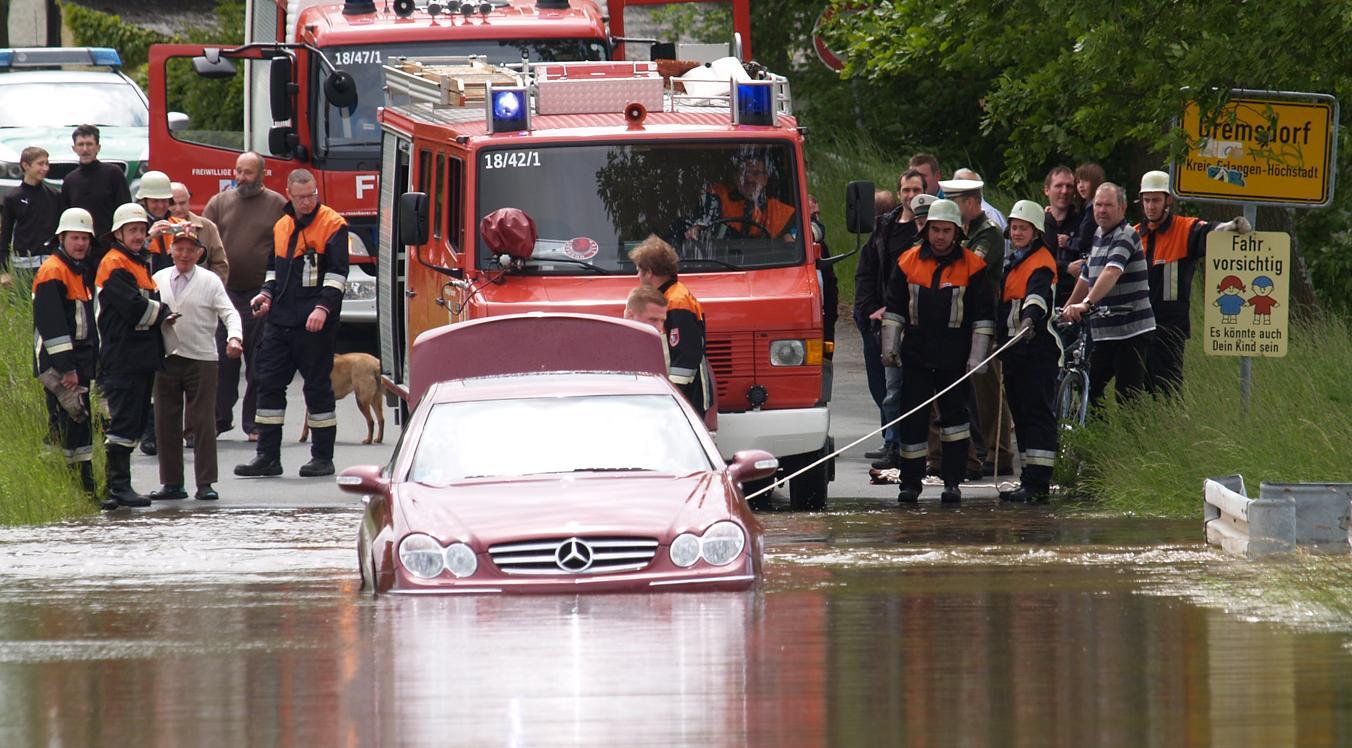 Das Aischwasser war stärker: Für den Mercedes  ging es weder vor noch zurück.