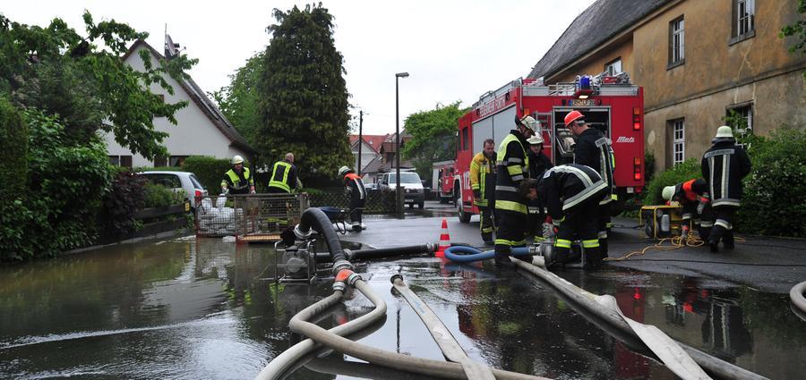 In Forth kämpft die Feuerwehr mit Pumpen gegen das Hochwasser...