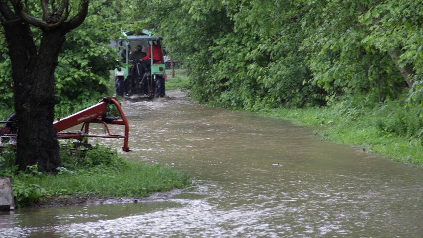 Bauern mussten ihre Maschinen vor den Wassermassen in Sicherheit bringen.
