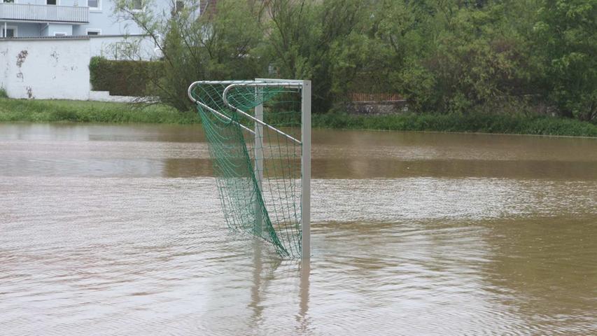 In Neuses bei Ansbach musste aufgrund der Wassermassen...