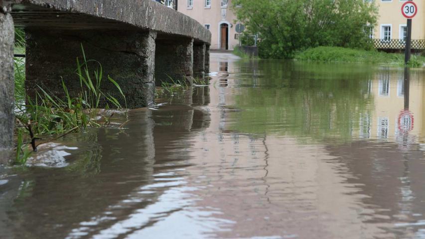 Die Fluten drangen auch in das Dorf Steinbach bei Ansbach vor, so dass...