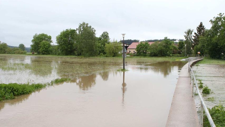 ...manche Straßen komplett überflutet wurden.
