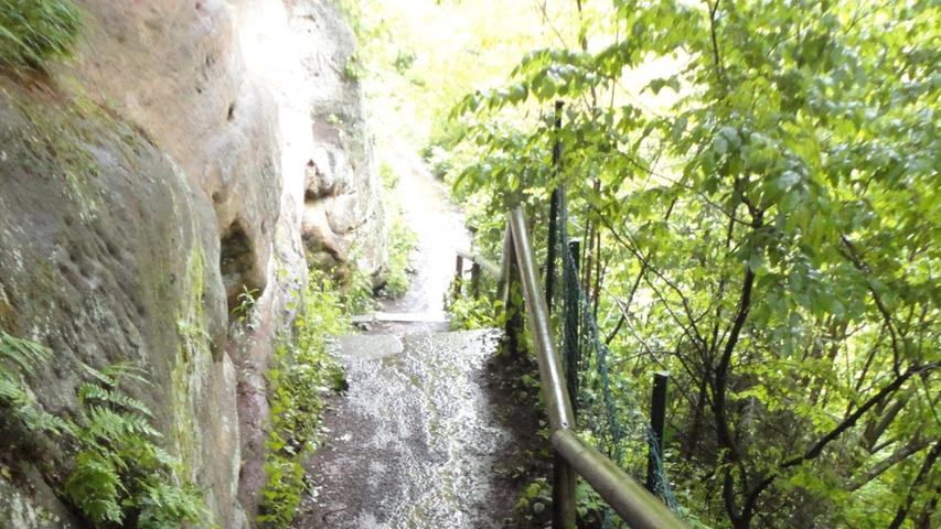 Selbst harmlose Treppen verwandelten sich durch den Dauerregen in glitschige Schlammpisten.
