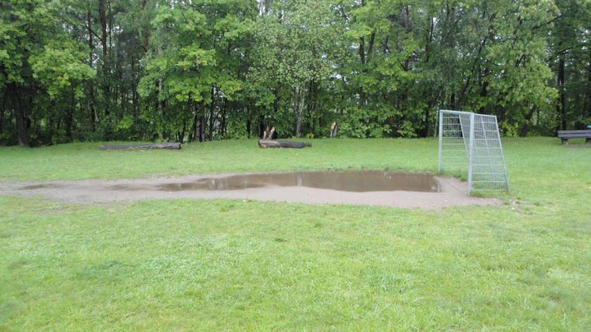 ...spielende Kinder zu sehen sind, war am Freitag wegen des Wetters tote Hose.