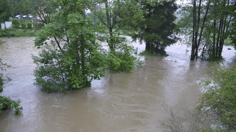 ...überflutet Felder und Wälder.