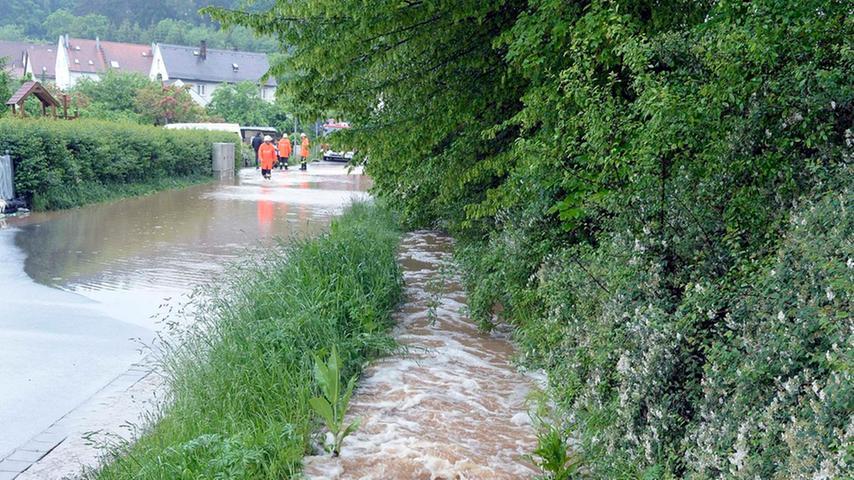 Die Fluten verwandelten die Straße in einen Fluss.