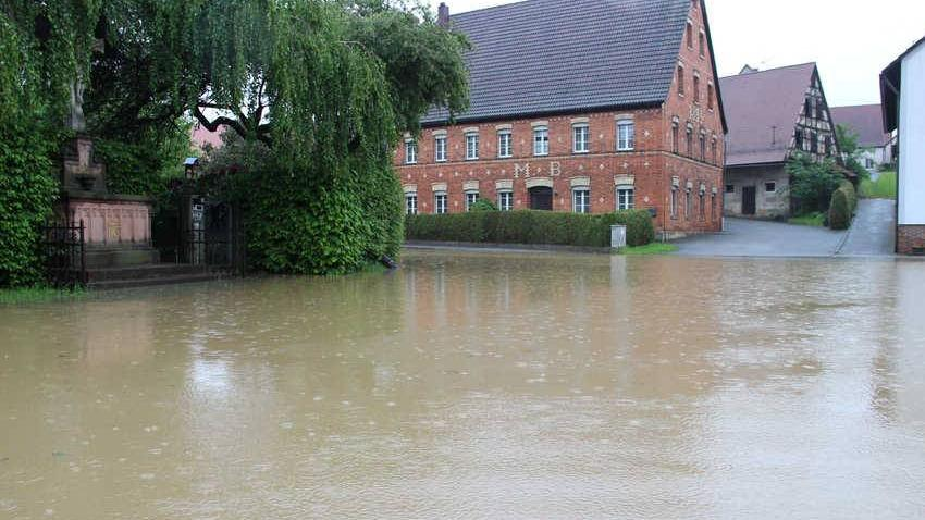 Auch der Dorfplatz steht unter Wasser.