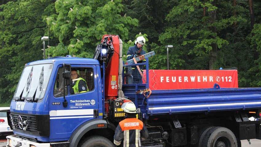 Das THW Lauf liefert Sandsäcke zur weiteren Verteilung an das Feuerwehrhaus in Schnaittach.