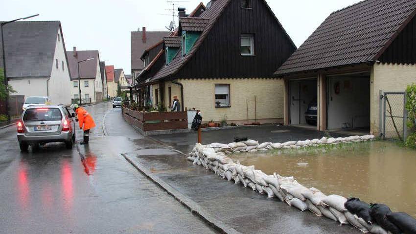 Mit Sandsäcken versucht man das Wasser der über die Ufer getretenen Schnaittach in den Au-Flächen zu halten. Hier in Rollhofen (Gemeinde Neunkirchen am Sand)