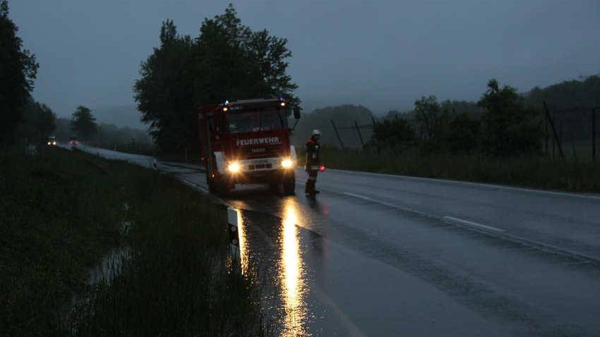 Bereits im Morgengrauen wurde die Feuerwehr Schnaittach und Hedersdorf alarmiert. Hier zur Verkehrssicherung auf der Straße Simmelsdorf –Schnaittach kurz vor der Hienbergbrücke.