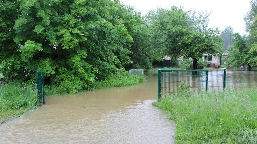 Wenn man sein Gartentor offen lässt, wie hier in Schnaittach, fließt das Wasser auch wieder besser ab.