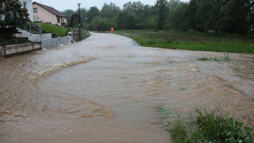 Der Osternoher Bach schwappt über und überflutet die Uhustraße in Hedersdorf.
