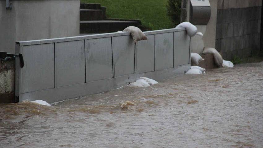 Auch in Schnaittach mussten die Menschen mit den Wassermassen kämpfen. Einige Anwohner in der Uhustraße haben sich für die erwartete Wasserflut vorbereitet.