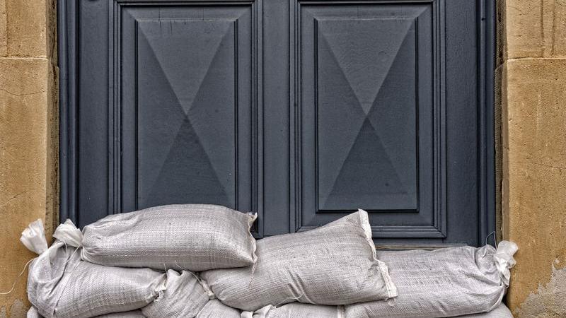 Auch hier ist jede Tür von Sandsäcken geschützt.