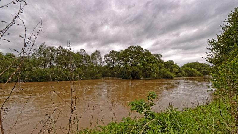 Der Main bei Kemmern hat auch die A73 überschwemmt. Zwischen Breitengüßbach und Baunach ist sie komplett gesperrt.