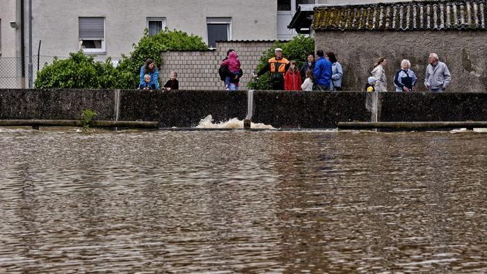 Hier ist der Gründleinsbach auf Flussstärke angeschwollen.