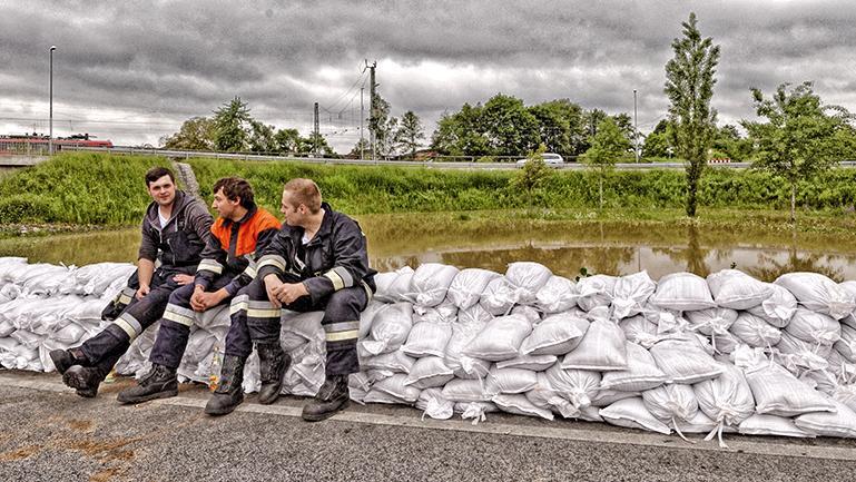Die Sandsackbarriere ist fertig. Eine Verschnaufpause für die Hilfskräfte, bis das nächste Wasser in der Nacht nach Hallstadt kommt.