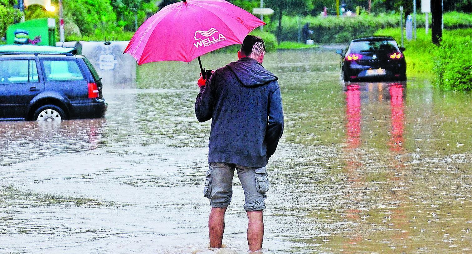 Am Abend kam das Aurach-Hochwasser nach Herzogenaurach. Fahrzeugbesitzer konnten ihre an der Schütt geparkten Fahrzeuge nur noch watend erreichen.
