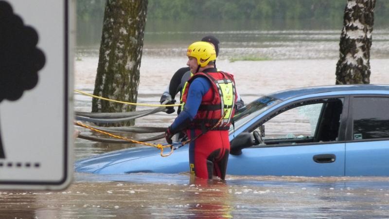 ... ein Hubschrauber wegen der schlechten Witterung nicht starten konnte und der Einsatz von Booten aufgrund der Strömung zu gefährlich war. Letztendlich ...