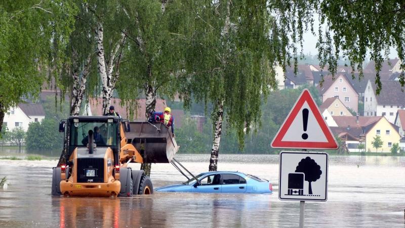 Glück im Unglück hatte ein 22-jähriger Mann bei Gutenstetten im Kreis Neustadt im Juni 2013: Am frühen Samstagmorgen wollte er eine Straße mit seinem Auto überqueren, ...