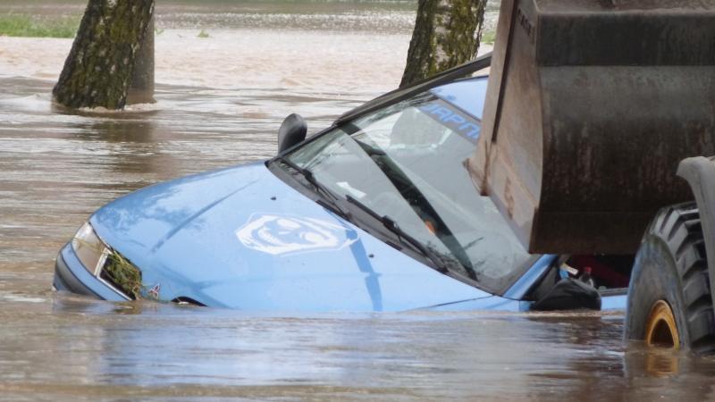 ... die wegen Hochwassers gesperrt war. Der Wagen drohte ...