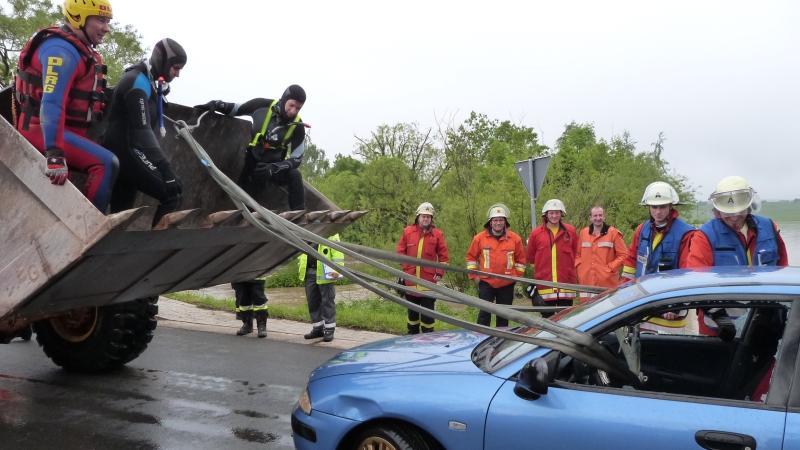 ... gelang es der Feuerwehr, den durchnässten und unterkühlten jungen Mann mit einem Radlader zu retten, der ...