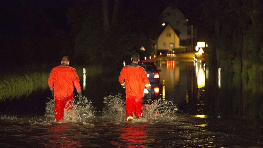 ...ein Motorschaden. So erging es einem Familienvater auf der Verbindungsstraße zwischen Fürth-Vach und Fürth-Stadeln. Feuerwehrleute mussten den Wagen aus dem Wasser schieben.