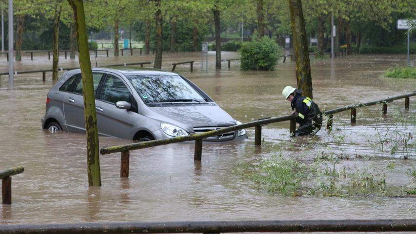Auf dem Rezatparkplatz mussten Fahrzeuge gerettet werden. Die Feuerwehr tat ihr bestes, um...