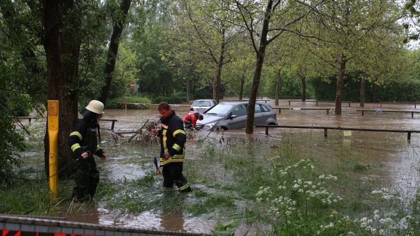 Betroffen war auch Stadt und Landkreis Ansbach, wo unter anderem die fränkische Rezat über die Ufer trat. Autos versanken in den Fluten,...
