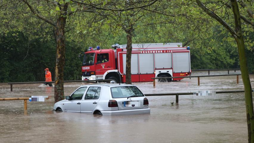 Auch dieses Auto steckte in den Wassermassen fest.