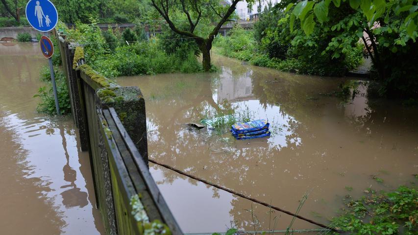 Auch Gärten standen unter Wasser.