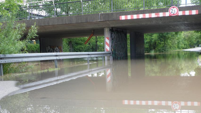...Straßen waren in Windeseile unpassierbar. Weitere Bilder zur Flut in Ansbach und Umgebung finden Sie in unserer Bildergalerie.