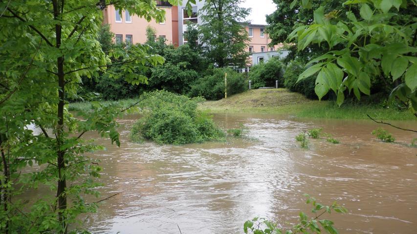 Die Fluten kamen vielen Wohnhäusern bedrohlich nahe.