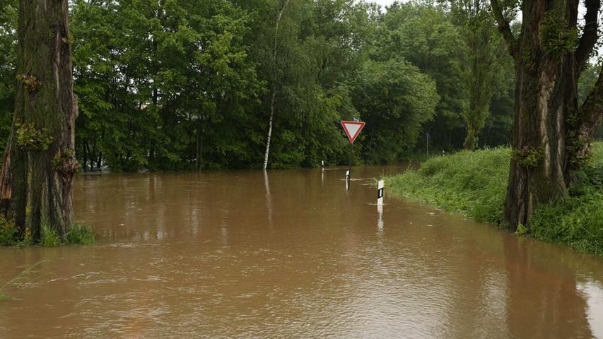Teilweise ist die Fahrbahn unter den schlammigen Wassermassen gar nicht erkennbar.