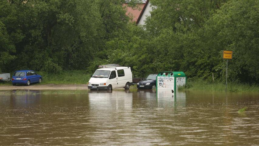 Diese Autos sind in Ritzmannshof gefangen. Durch die Wassermassen sollten die Besitzer ihre Fahrzeuge nicht steuern, ansonsten droht...