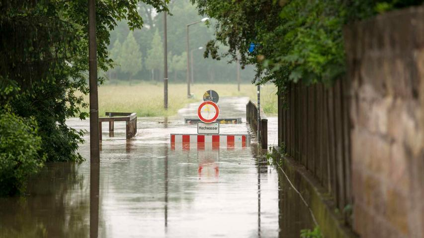 Auch für die Fahrradfahrer ist es nicht einfach. Der Radweg auf dem Wiesengrund steht auch unter Wasser.