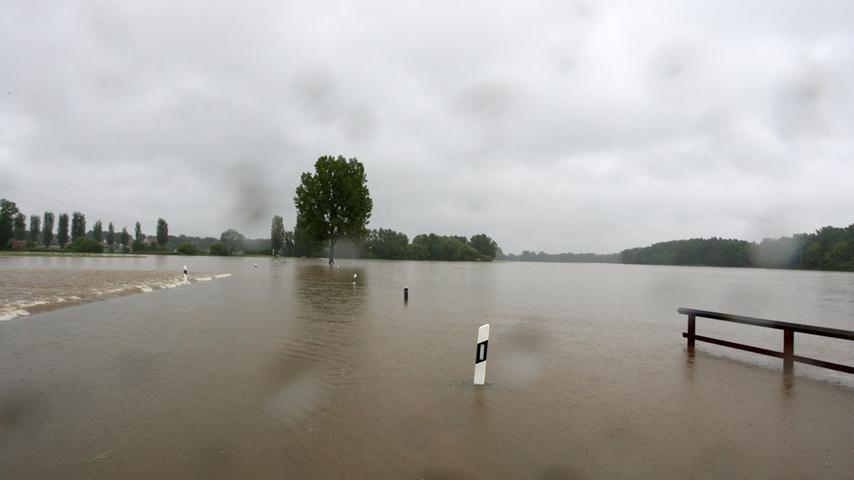 Wasser, so weit das Auge reicht, gab es auch in Fürth und Umgebung. Diese Straße nach Stadeln war völlig unpassierbar.