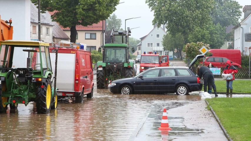 Die starken Regenfälle überfluteten auch Neunstetten. Keller liefen voll. Einige Anwohner retteten ihren Besitz aus den Häusern.
