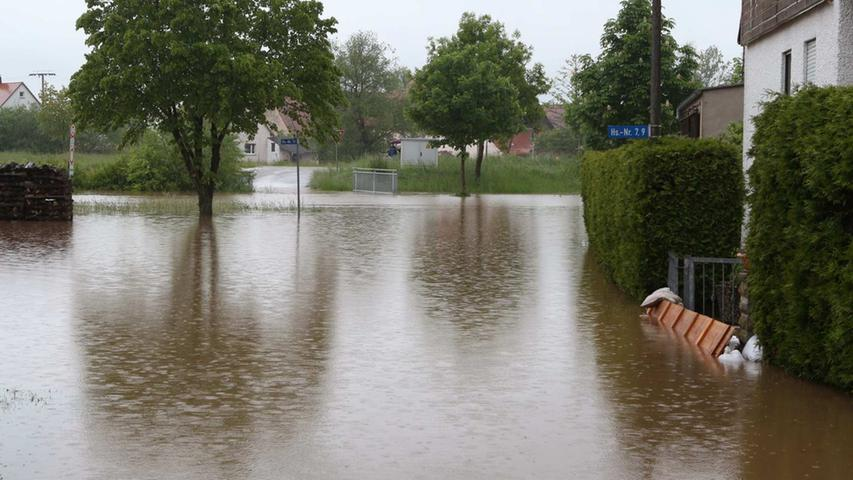 An geregelten Verkehr war hier nicht zu denken. Das Wasser steht auf der Straße.