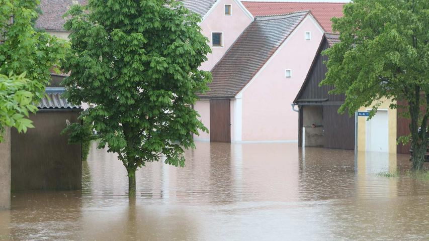 Wie hoch das Wasser steht, macht die geringe Höhe des Straßenschilds deutlich.