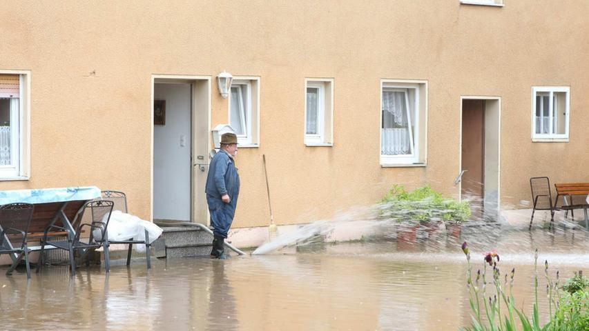 Dieser Landwirt muss tatenlos zuschauen, wie sein Anwesen überflutet wird.