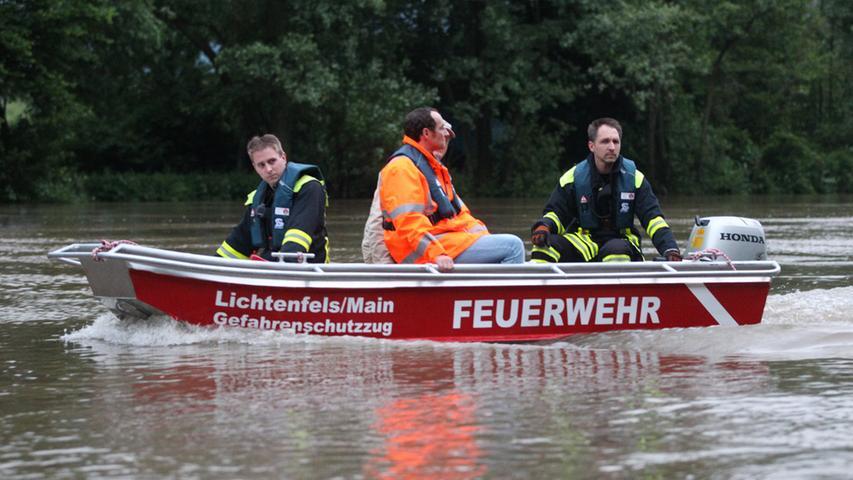 Mit einem Boot verschafften sich Experten von der Wasserseite einen Überblick.