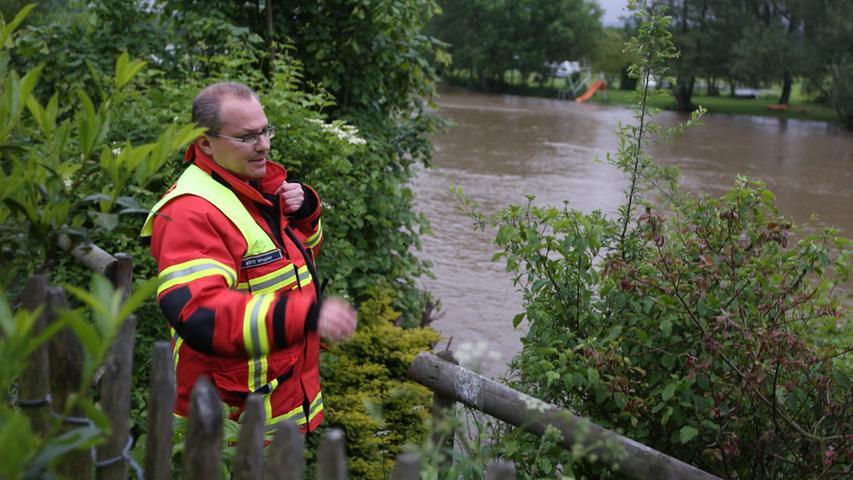 Große Bäume waren bereits in den Main gestürzt und drohten, das nahegelegene Wasserkraftwerk zu blockieren.