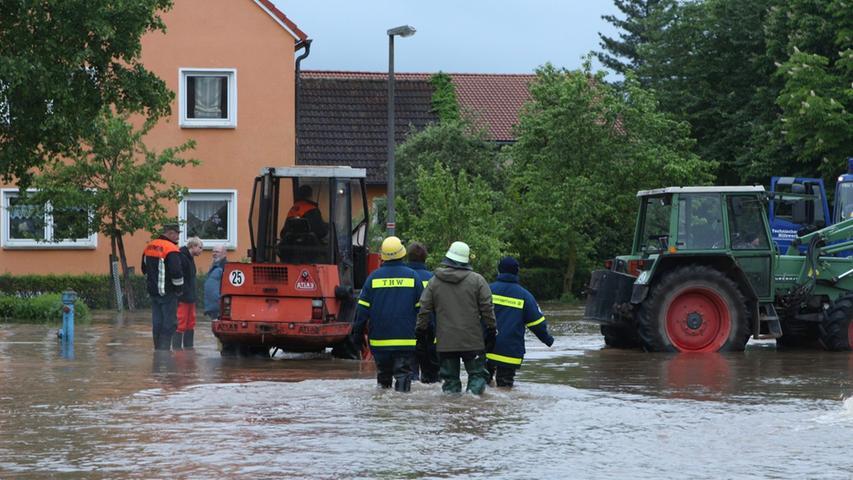 Auch der sonst beschauliche Herriedener Ortsteil Leutenbuch im Landkreis Ansbach spürt die Auswirkungen des Dauerregens. Weitere Bilder dazu finden Sie hier.