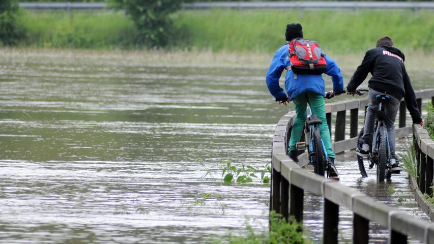 Zwei waghalsige Jungen fuhren mit ihren Rädern über den Hochsteg. Derartige Aktionen sind riskant, oft wird die Wasserkraft unterschätzt.